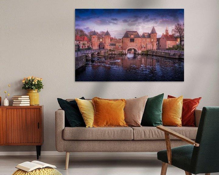Sfeerimpressie: De koppelpoort van Amersfoort met bewolking in de avond. van Bart Ros