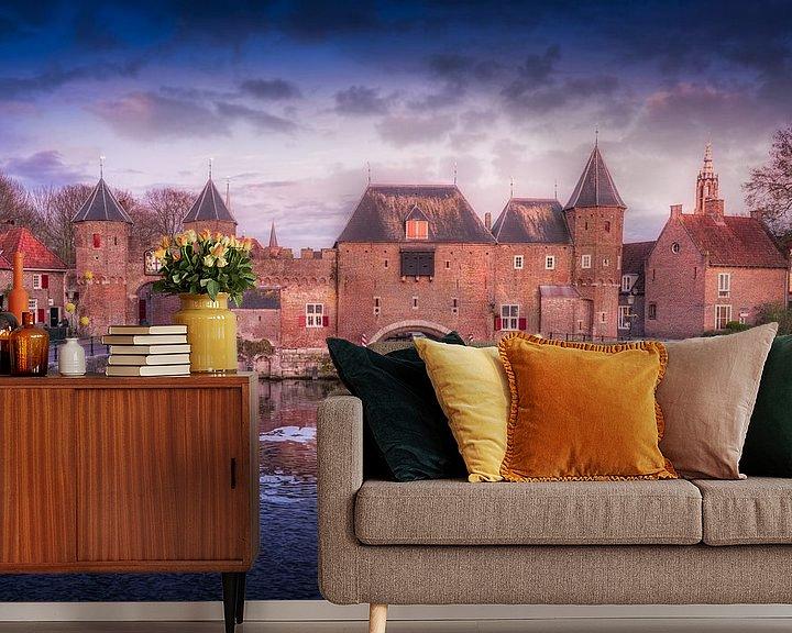 Sfeerimpressie behang: De koppelpoort van Amersfoort met bewolking in de avond. van Bart Ros