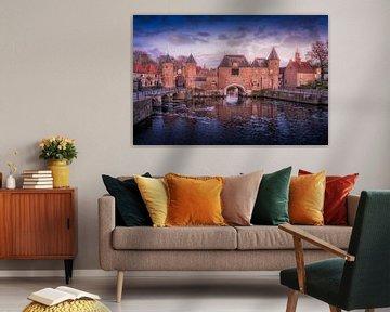 De koppelpoort van Amersfoort met bewolking in de avond. van Bart Ros