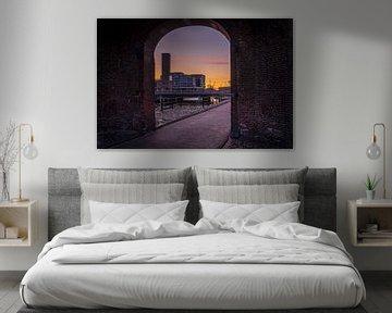 Doorkijkje van de koppelpoort met Amersfoort op de achtergrond. van Bart Ros