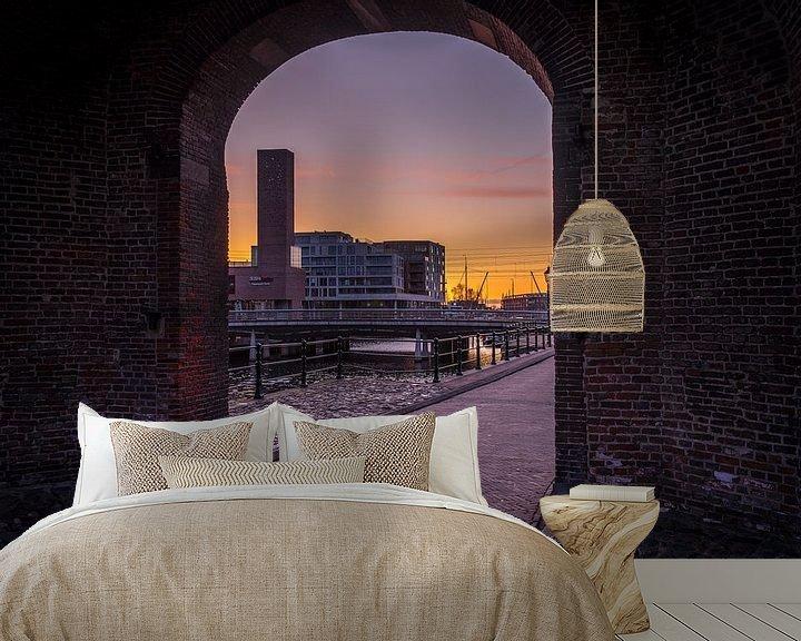 Sfeerimpressie behang: Doorkijkje van de koppelpoort met Amersfoort op de achtergrond. van Bart Ros