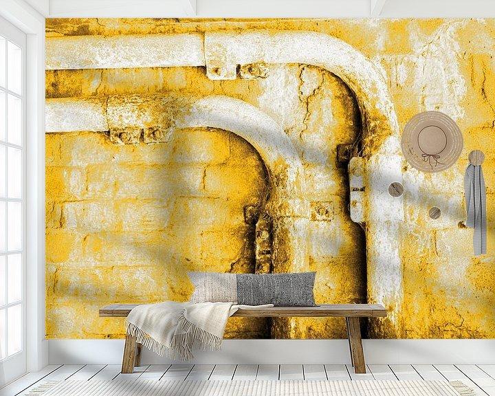 Sfeerimpressie behang: Minimalisme Kunst Fotografie Roestige Buis Goud van Hendrik-Jan Kornelis