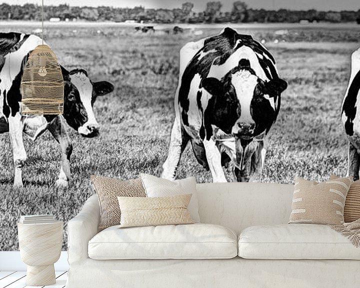 Sfeerimpressie behang: Zwartbont Koeien in de Weiland Zwart-Wit van Hendrik-Jan Kornelis