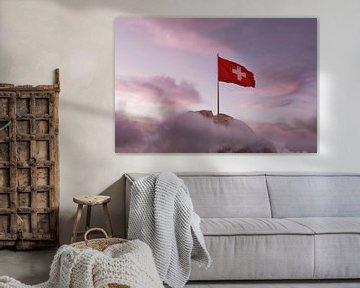 Zwaaiende Zwitserse vlag in het prachtige avondlicht van Besa Art