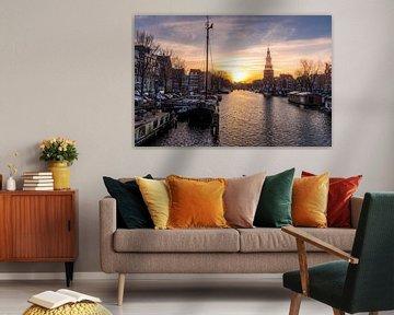 Schepen voor de  Montelbaanstoren  tijdens de zonsondergang in Amsterdam. van Bart Ros