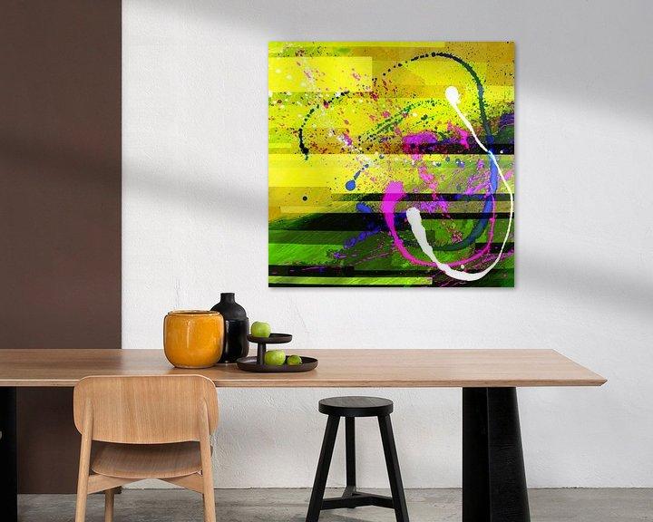 Sfeerimpressie: Modern, Abstract Digitaal Kunstwerk in Geel Roze van Art By Dominic