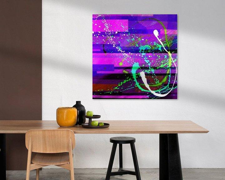 Sfeerimpressie: Modern, Abstract Digitaal Kunstwerk in Roze Paars Blauw van Art By Dominic