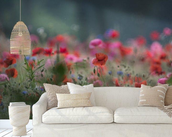 Sfeerimpressie behang: Veldbloemen klaproos van Jeannette Braamskamp