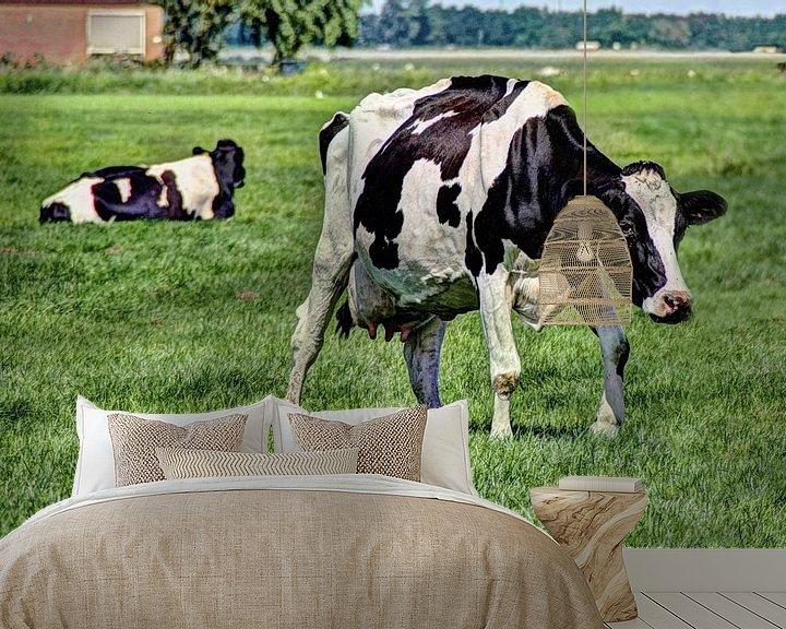 Sfeerimpressie behang: Zwartbont Koeien in de Weiland van Hendrik-Jan Kornelis