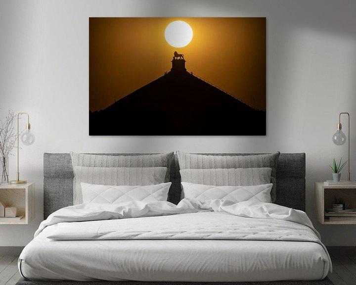 Sfeerimpressie: zonsondergang boven de Leeuw van Waterloo van Jim De Sitter