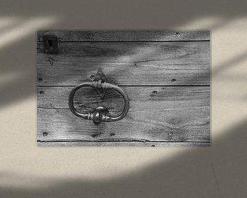 Alter Türklopfer an Holztür in Schwarzweiß von Fartifos