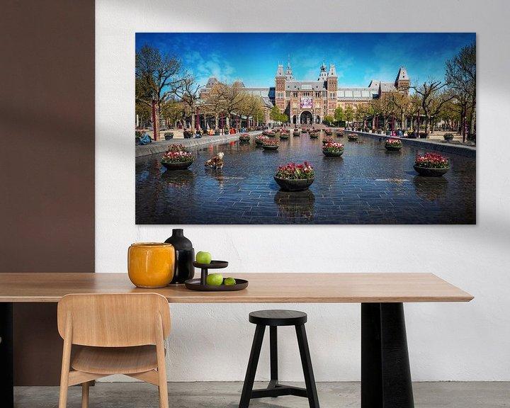 Sfeerimpressie: Tulpen aan voor het Rijksmuseum in Amsterdam Museumplein van Bart Ros