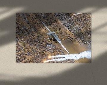 Fast 'n loud! Een Zwitserse Boeing F/A-18C Hornet vliegt laag en hard over de schietrange van de Zwi van Jaap van den Berg