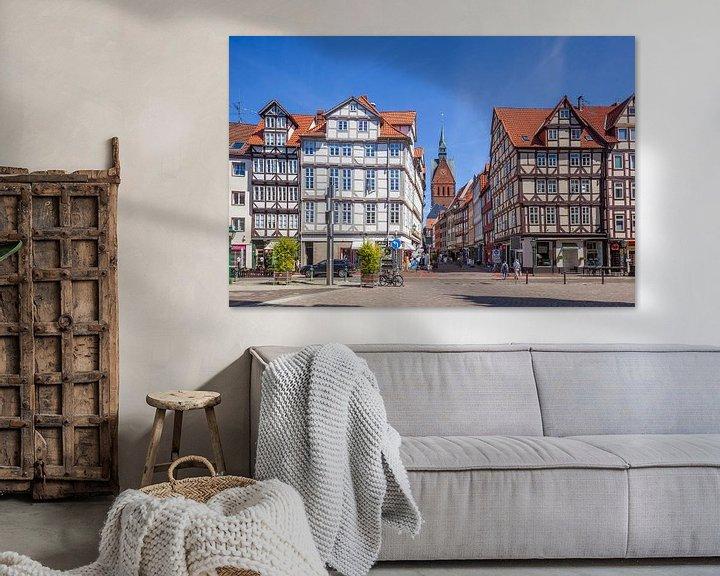 Sfeerimpressie: Oude stad met vakwerkhuizen en marktkerk op de Holzmarkt met uitzicht in de Kramerstrasse, Hannover, van Torsten Krüger