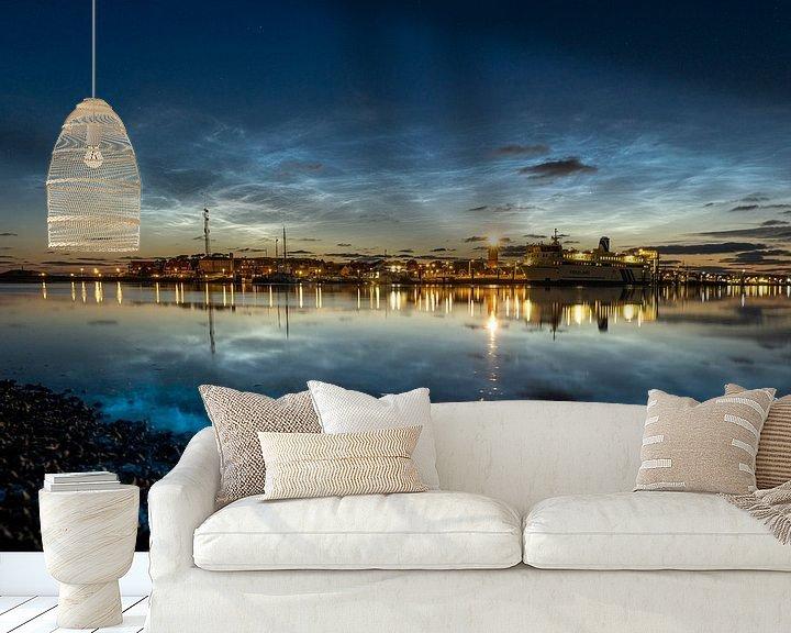 Sfeerimpressie behang: Zeevonk met lichtende nachtwolken van Marjolein van Roosmalen