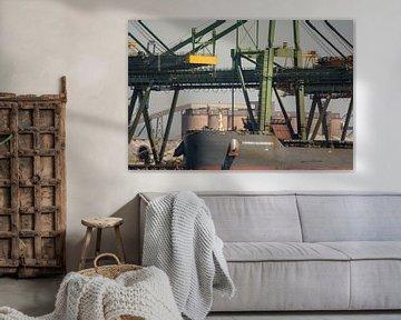 Scheepsboeg van de Hannes Oldendorf onder de kranen. van scheepskijkerhavenfotografie