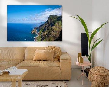 De kustlijn van Madeira tijdens een mooie zomerdag. van Sjoerd van der Wal