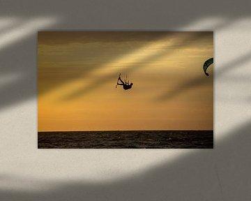 Silhouet van een Kitesurfer van Ton Tolboom