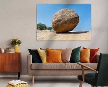 Ein riesiger runder Felsblock steht auf einem Hügel vor einem blauen Himmel. von WorldWidePhotoWeb