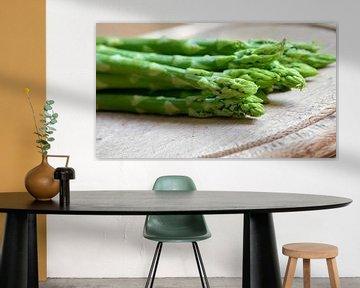 frischer grüner Spargel als Zutat in einer Küche von Heiko Kueverling