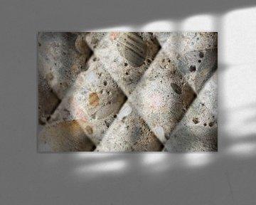 Kunst van beton met kiezels met schuine lijnen van Lisette Rijkers