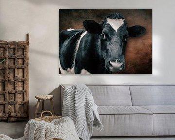 portret van een koe tegen mooie robuuste achtergrond van Bert Hooijer