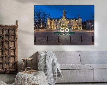 Het stadhuis van Rotterdam tijdens het blauwe uurtje