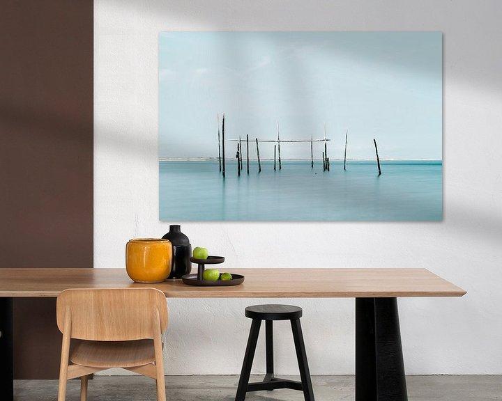 Sfeerimpressie: Minimalistische foto van de zee met palingnetten van Miranda van Hulst