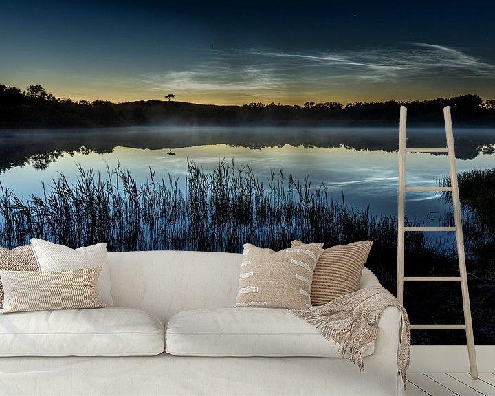 Sfeerimpressie behang: Het boompje met lichtende nachtwolken van Marjolein van Roosmalen