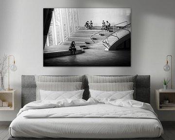 Schwarz-Weiß-Fotografie des Inneren der Halle des Arnheimer Hauptbahnhofs von Bart Ros