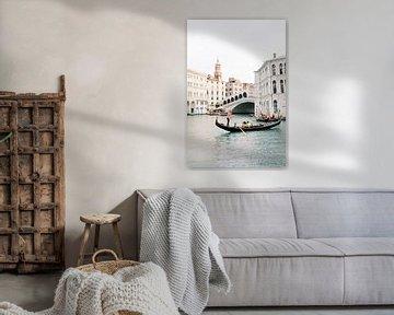 Gondel in Venetië bij Rialto brug   Romantische reisfotografie Italië wall art foto print van Milou van Ham