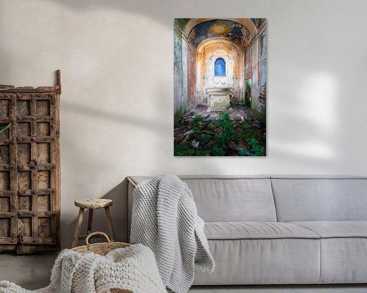 Sfeerimpressie: Verlaten Kapel op het Platteland. van Roman Robroek