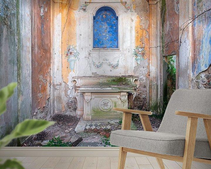 Sfeerimpressie behang: Verlaten Kapel op het Platteland. van Roman Robroek