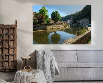 Rivier de Dronne rond stad Brantome, de Bourgogne,  Frankrijk van Joost Adriaanse