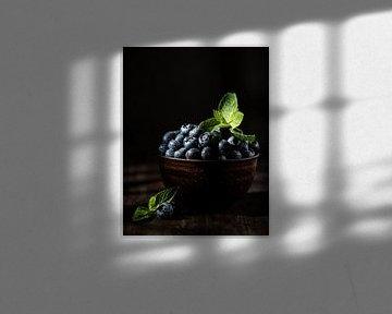 Blauwe bessen met muntblaadjes in bruine kom van Iryna Melnyk