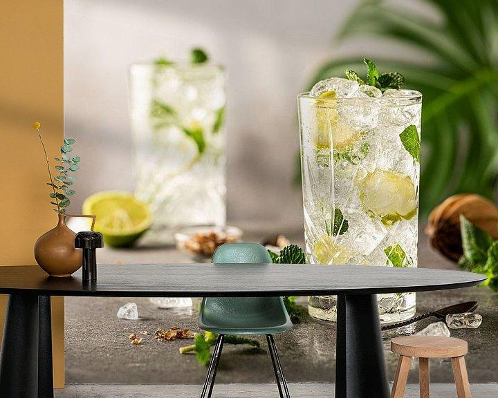 Sfeerimpressie behang: Mojito Cocktail met limoen en munt in longdrinkglas van Iryna Melnyk