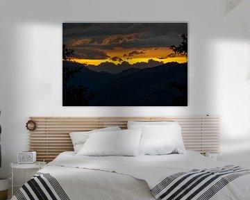 coucher de soleil romantique sur les montagnes sur chamois huntress