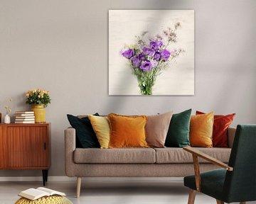 Kleiner lila Blumenstrauß, Aquarell-Stil von Naomi van Mierlo