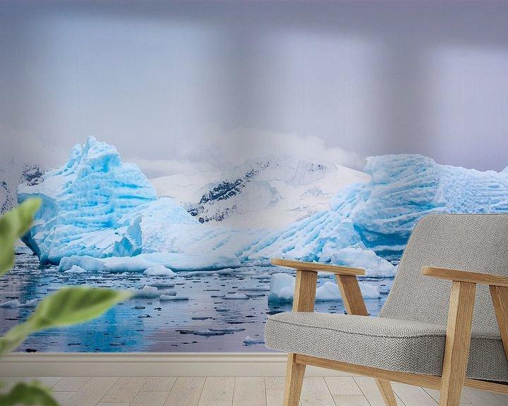Sfeerimpressie behang: Blauw ijs van Roelie Turkstra