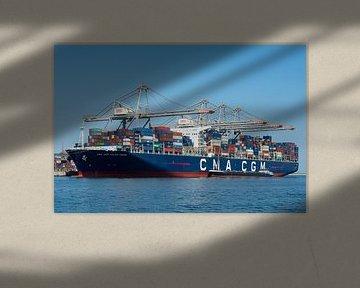 Jules Verne an Explorer class container schip in de  haven van Rotterdam van Elles Rijsdijk