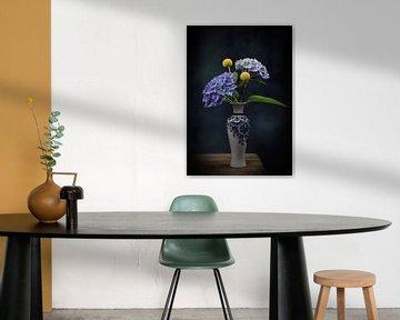 Stilleven bloemen in een Delfts blauw vaasje