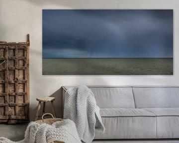 Dunkler Himmel über dem IJsselmeer von Stavoren aus gesehen