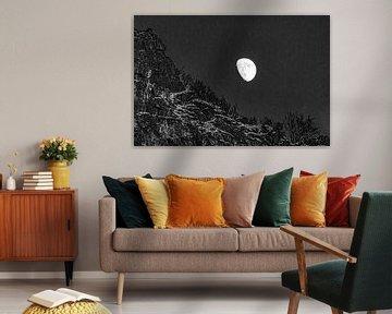 Mond über verschneiter Landschaft Lofoten Norwegen von Mischa Corsius