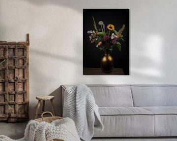 Stilleven: kleurrijk boeket bloemen in gouden vaas