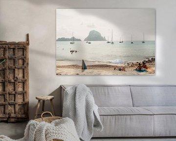 Op een strand op Ibiza met uitzicht op boten en bergen   Natuur   Landschapsfotografie van eighty8things