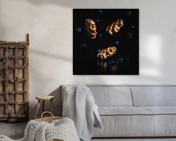 Gaufres belges avec des mûres et des myrtilles volantes sur Corrine Ponsen