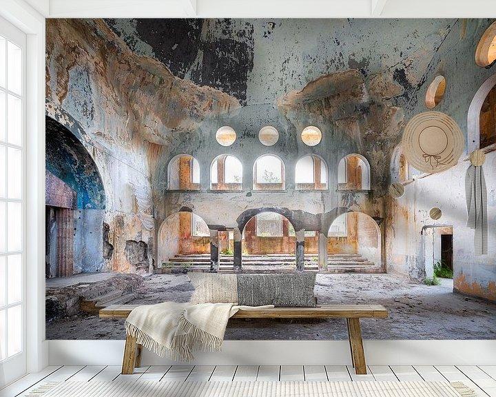 Sfeerimpressie behang: Verlaten Synagoge in Verval. van Roman Robroek