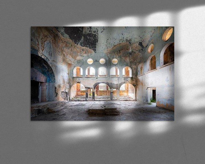 Sfeerimpressie: Verlaten Synagoge in Verval. van Roman Robroek