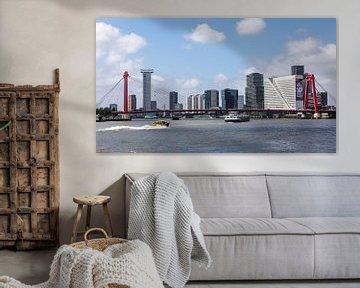 Skyline Rotterdam achter de Prins Willem-Alexanderbrug (kleur) van Rick Van der Poorten