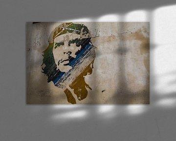 Wandgemälde von Ernesto Che Guevara, in Braun-, Grün- und Blautönen in Havanna, Kuba von WorldWidePhotoWeb